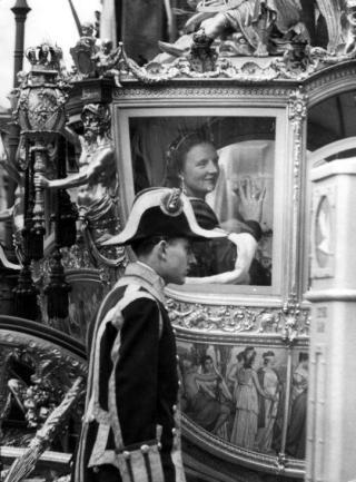Koningin Juliana maakt in de Gouden Koets een rijtoer door Amsterdam na haar inhuldiging in de Nieuwe Kerk in Amsterdam op 6 september 1948. (cc - Spaarnestad - Henk Blansjaar - wiki)