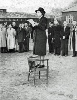Loes van Overeem spreekt de gevangenen toe op de dag van de overgave (Rode Kruis)