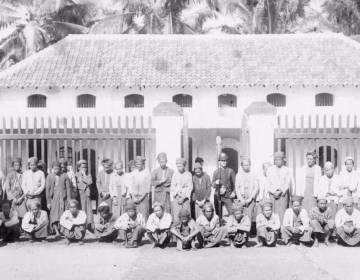 Gevangen genomen opstandelingen voor de gevangenis. Herrmann & Co. Batavia, 1888. (KITLV)
