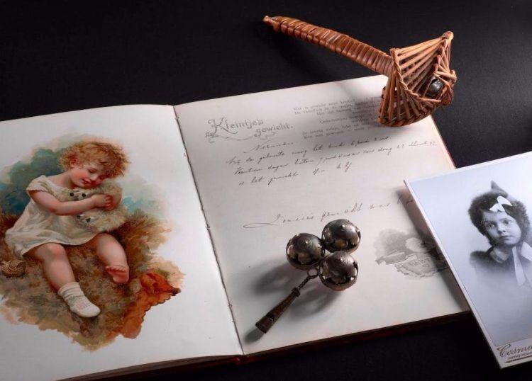 Compositie van diverse objecten gerelateerd aan kinderen van Margaretha Geertruida Zelle (Fries Museum)