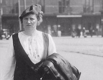 Trien de Haan voor het Centraal Station in Amsterdam, ca. 1929 (onbekende stadsfotograaf).