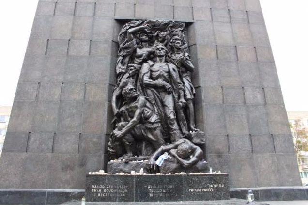 Een zijde van het monument ter nagedachtenis aan de opstand in het Getto van Warschau,1943, toont de heldhaftige strijd. Deze kant is het meest bekend