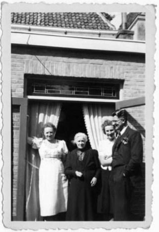 Trien met schoonmoeder Attje, dochter Attie en haar aanstaande man Jack, 1941 (privécollectie).