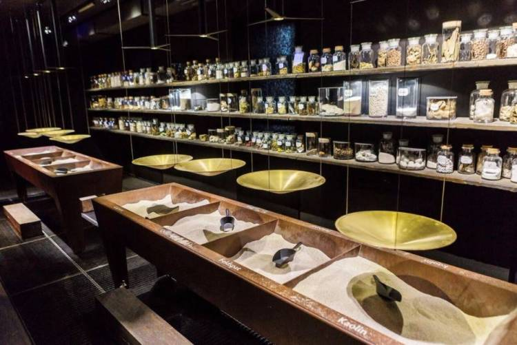 Bezoekers kunnen op de weegschalen in het 'laboratorium' proberen het juiste evenwicht tussen de drie bestanddelen voor porselein te vinden.