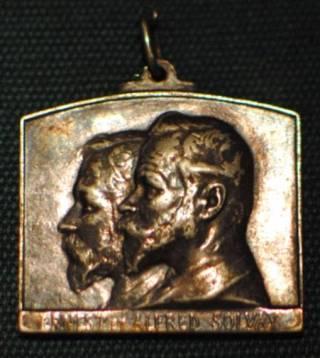 """Medaille uit 1913 om het 50-jarig bestaan van Solvay te herdenken met de tekst """"Ernest et Alfred Solvay"""". (cc - Andy Mabbett)"""