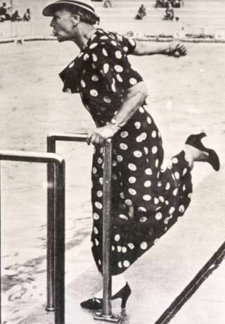 Uitgelichte bron: 'Moeder' Braun coacht op fanatieke wijze Rie Mastenbroek tijdens haar Olympische finale op de Olympische Spelen van Berlijn, 1936. (Bron: Beeldbank WO2, collectie NIOD, Cigaretten-Bilderdienst.)