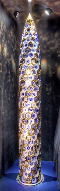 De grootste porseleinen vaas ter wereld, 8 meter hoog.