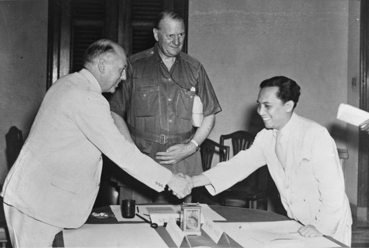Moment uit de Linggadjati-conferentie met van links naar rechts: Wim Schermerhorn, Lord Killearn en Soetan Sjahrir. Bron:  Fotocollectie Anefo. Nationaal Archief, Den Haag