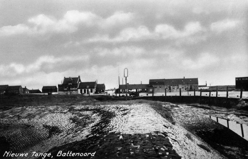 Gezicht op Battenoord met op de voorgrond het haventje. Het hoge huis links op de foto is het dijkhuis van Kees Luchtenburg (Streekarchief Goeree-Overflakkee)