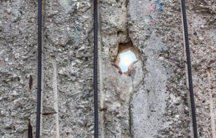 Kijkgat in de Berlijnse Muur (cc - Pixabay - flotty)