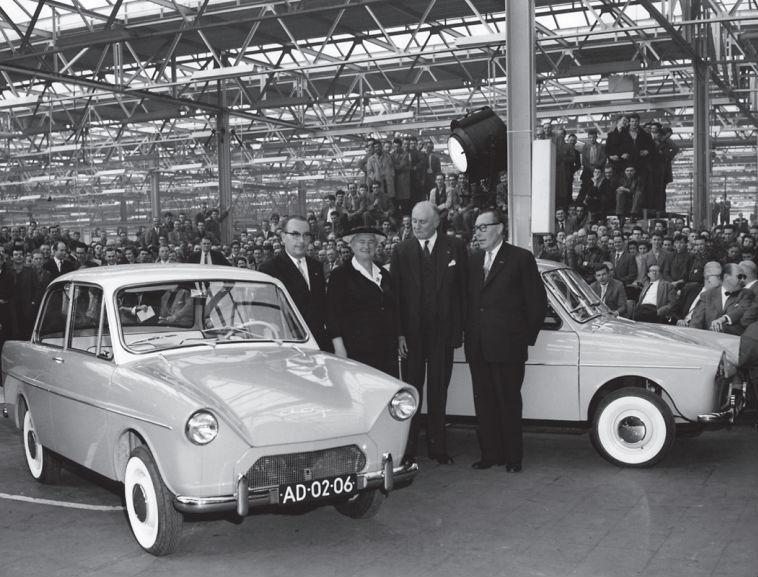 De tweede Daf 600 wordt aangeboden aan Truus Smulders-Beliën (2e van links).