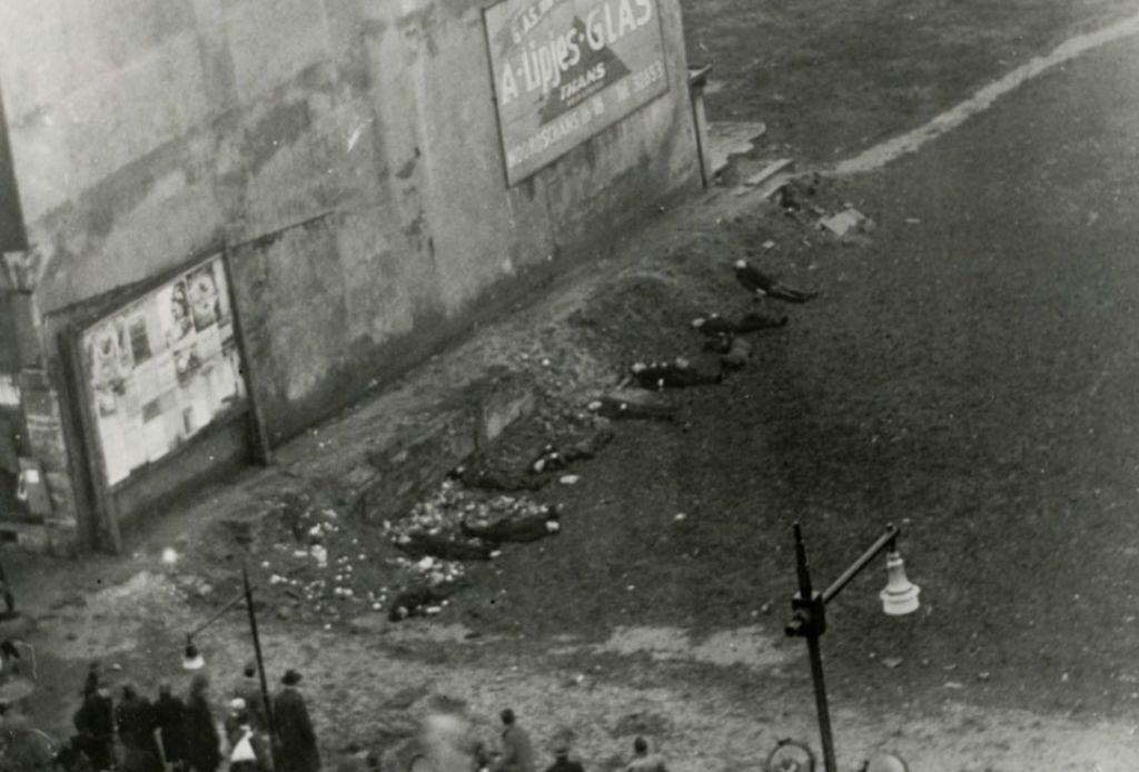 Fusillade van tien mannen op 20 februari 1945 tegen de zijkant van het gebouw van 'De Utrecht' aan de Coolsingel te Rotterdam, als vergelding voor de aanslag op een Nederlandse SS-man (Bron: Beeldbank WO2 nr. 162709)