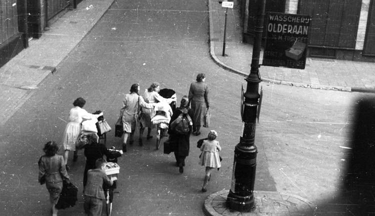 Evacués in de Jansstraat, hoek Jansplein in Arnhem, op 29 september 1944. (Foto P.J. de Booijs, Gelders Archief)