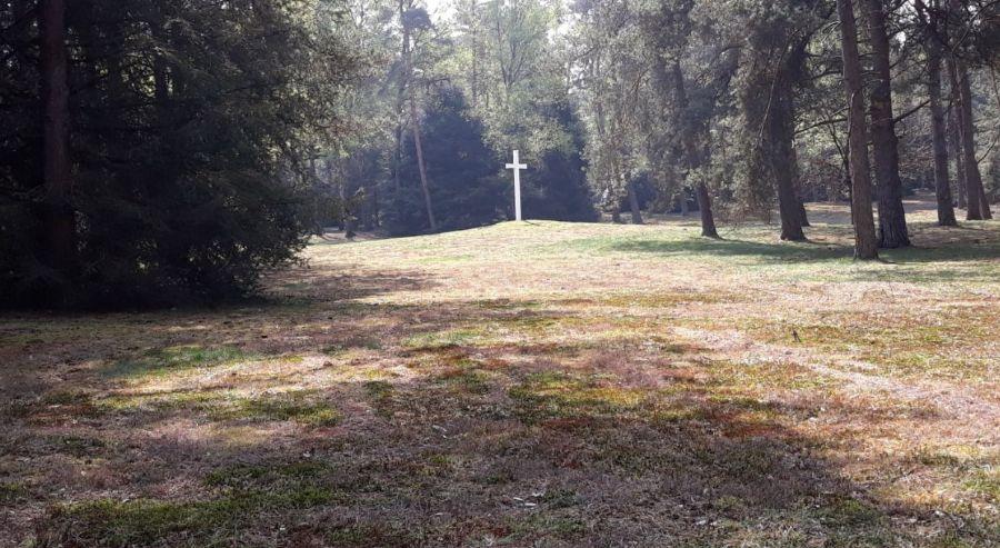 Groot wit kruis centraal op het terrein (Historiek)