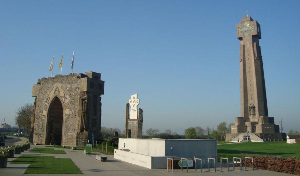 De IJzertoren met de Paxpoort en de restanten van de eerste toren (© E. Ruis)