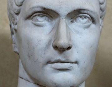 Buste van Constantijn in het Chiaramontimuseum