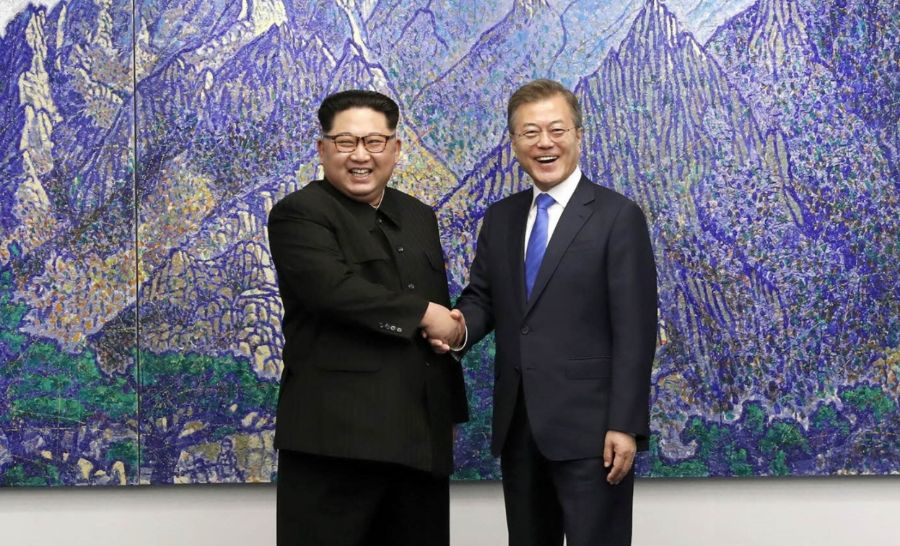 Kim Jong-un en Moon Jae-in schudden elkaar de hand (Cheongwadae / Blue House)