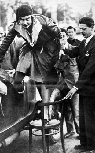 Kroonprinses Marie José stapt uit de Alfa Romeo van de Italiaanse autocoureur Baconin Borzacchini. (wiki)