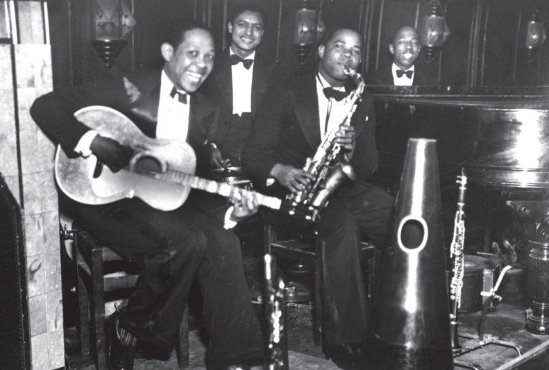Mike Hidalgo, Arthur Pay, Kid Dynamite en Freddy Johnson: het kwartet van Freddy Johnson in het Amsterdamse Negro Palace, 1936 (Foto collectie NJA)