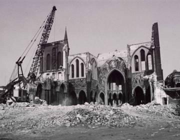 De afbraak in 1975 van Cuypers' Noordhoekse kerk in Tilburg (Regionaal Archief Tilburg)