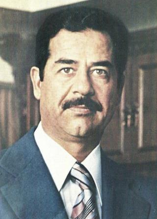 Saddam Hoessein in 1979 (Publiek Domein - INA - wiki)