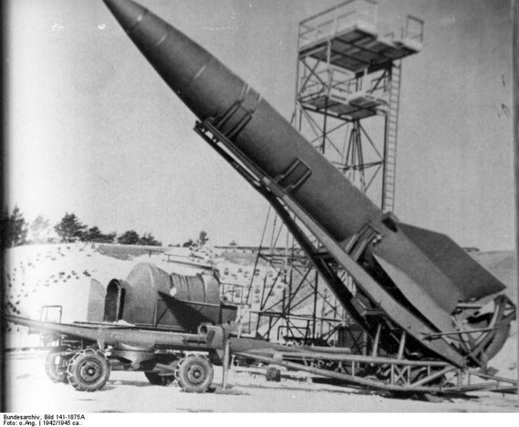 V2 raket in Peenemünde (Bundesarchiv, Bild 141-1875A / CC-BY-SA 3.0)