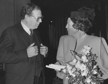 Henk Wesseling en koningin Beatrix, 1987 (CC BY-SA 3.0 - Rob C. Croes (ANEFO) - wiki)