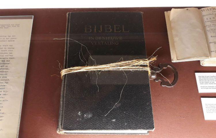 Bijbel die gebruikt is voor de sleutelproef of draaiproef, te zien in de Heksenwaag in Oudewater (Foto Historiek)