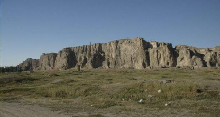 De resten van de oude stad van Van; citadel in de achtergrond, minaret iets links van het midden.