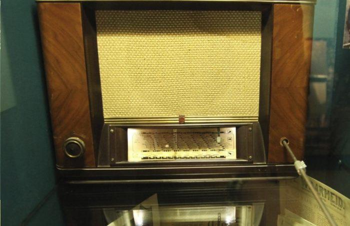 Radio uit de oorlogsjaren waarmee naar Radio Oranje geluisterd werd (CC BY 2.0 - Shpritz - wiki)
