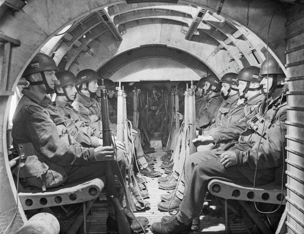 Airborne-soldaten in een Horsa-zweeftoestel (Publiek Domein - IWM)