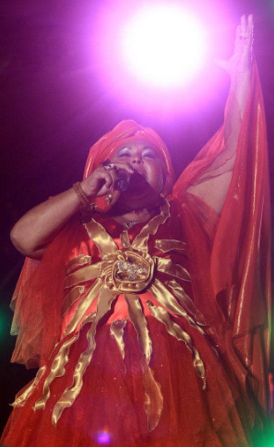 Η Σκοπιανή τραγουδίστρια Έσμα Ρετζέποβα φορώντας το Αστέρι της Βεργίνας