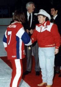 Committee Chairperson Bonnie Schmidt presents a gold medal to Belle player Ruth Weadon.