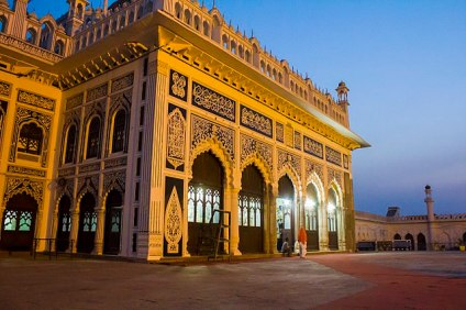 The importance of Panjetan, the Holy five namely Prophet Muhammad, Hazrat Ali, Hazrat Fatima, Hazrat Hassan, and Hazrat Hussain, is emphasized with the five main doorways.
