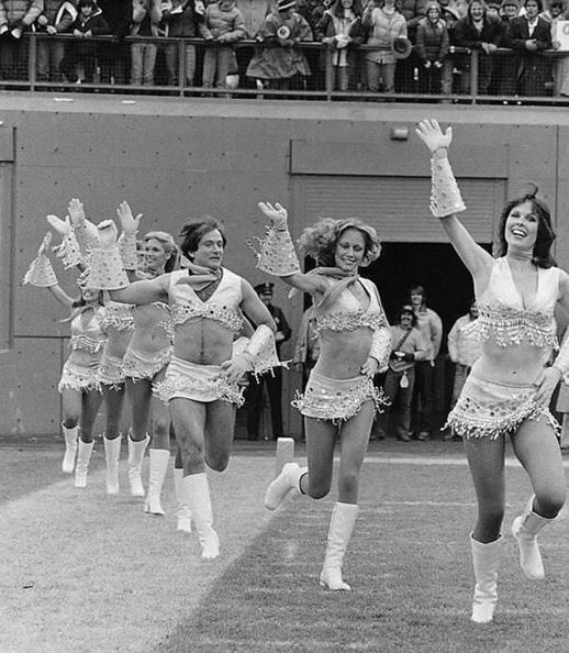Fascinating Historical Picture of Robin Williams Cheerleading in 1980