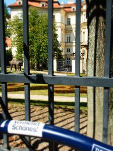 Quo vadis? versteckt im Garten der deutschen Botschaft