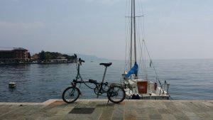 Das Brompton kann überall hin mit und passt sogar aufs Segelboot. Hier am Gardasee.