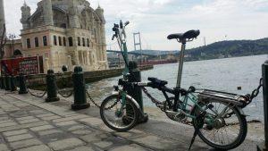 Das Faltrad kommt einfach und günstig überall mit - hier in Istanbul.