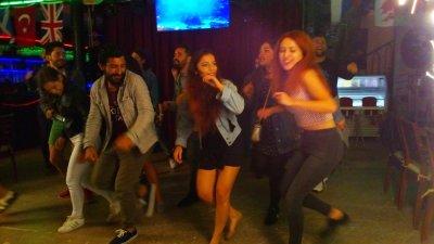 Tanec v shisha baru
