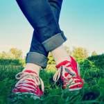 伸びる靴紐で履きやすさアップ!豊富なカラーで地味な靴をオシャレに