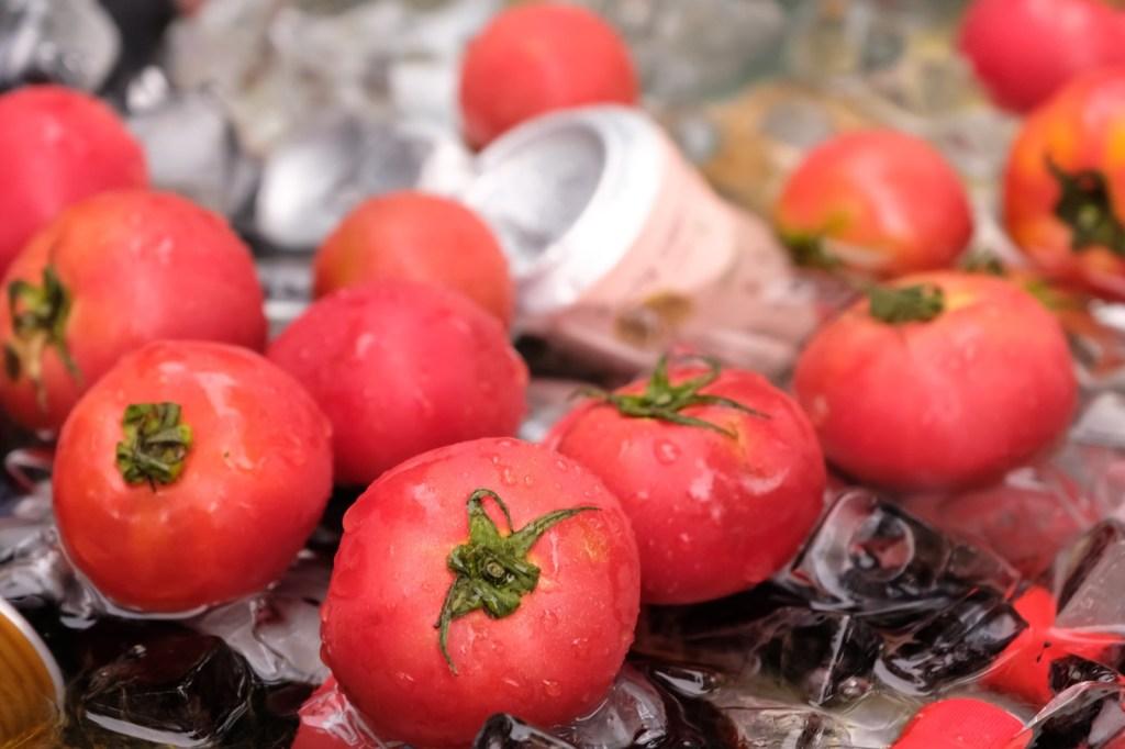 氷で冷えたトマト