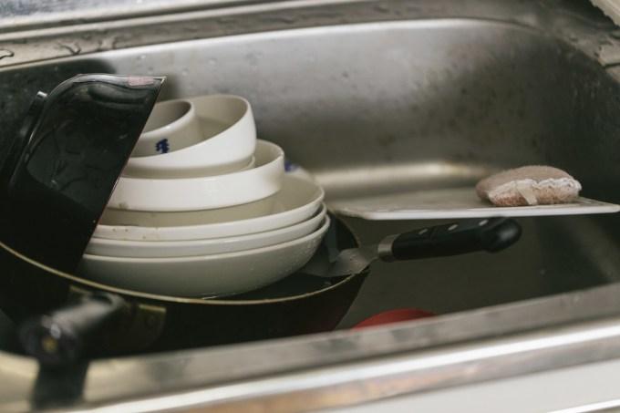洗い物が溜まったシンク