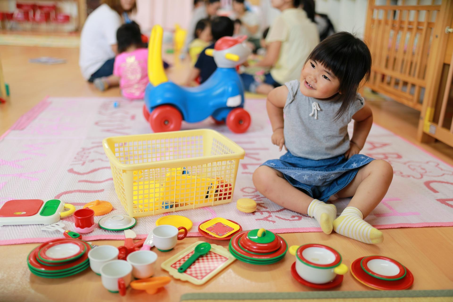 保育園で遊ぶ子供
