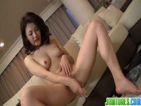 三十路美熟女妻がM字開脚でおまんこを弄り浮気セックスしてるひとずま動画快感