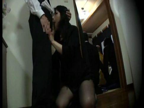葬儀の最中に喪服姿のまま夫婦の営みをする淫らな黒髪美人妻のひとずま無料 kyokonn nu-sa