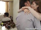 同僚の美人妻と死角でイチャイチャスリルを楽しんでいる淫乱若ママのhitozuma douga