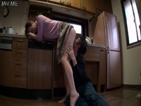 40代の長身美熟女妻が息子におまんこを弄られて痙攣イキしてるひとずま動画無料投稿