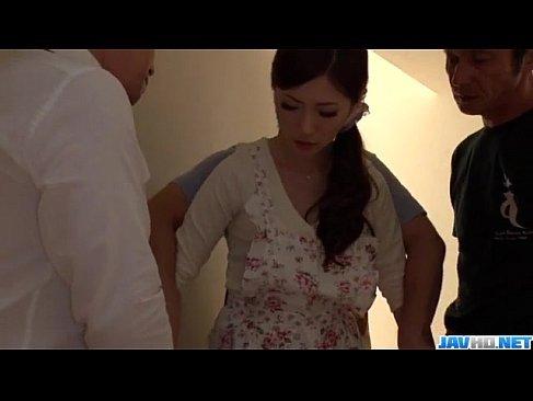 料理教室の先生をしてる美人妻が生徒達に襲われチンポを咥えさせられてるひとずま動画無料