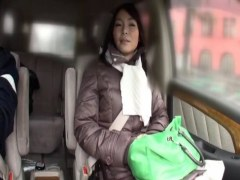 田舎の普通の四十路熟女が不倫旅行で車の中でおまんこを弄るひとずまえすて