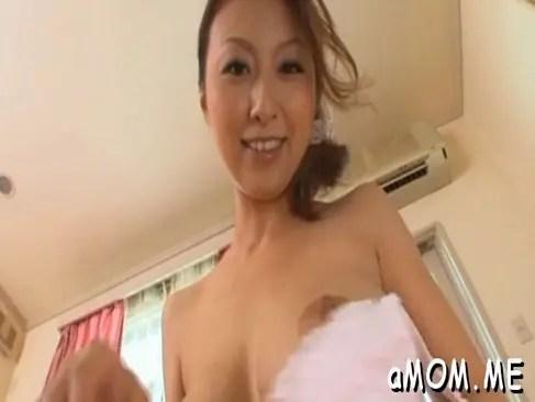 母乳を撒き散らしながらセックスする淫乱な美巨乳美人妻のひとずまあだ